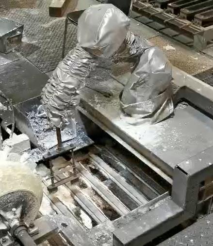 铝锭机器人刮渣设备